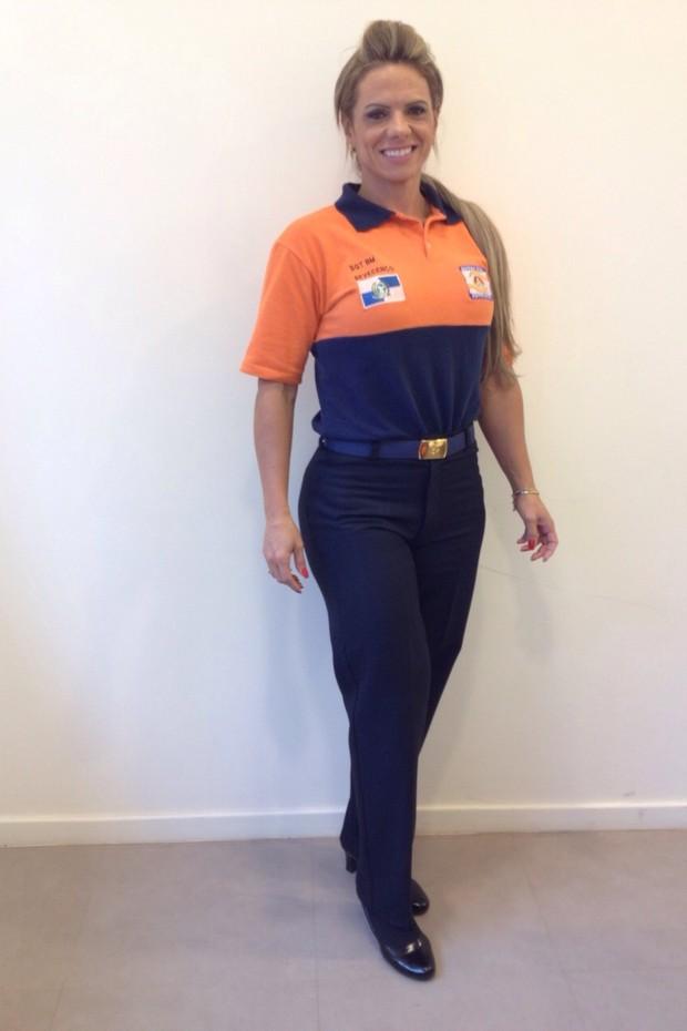 Patrícia Sevecenco com o uniforme de bombeira da Defesa Civil (Foto: Arquivo pessoal)