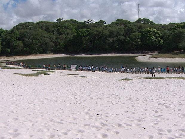 Abraço simbólico na Lagoa do Abaeté no dia da àgua, Bahia (Foto: Reprodução TV Bahia)