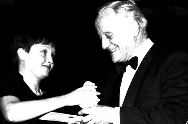 Paulo Autran recebe o Prêmio Molière em 1985 (Foto: Divulgação)