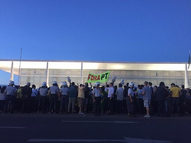 """Faixa com os dizeres """"Fora PT"""" diante do Palácio do Planalto, em Brasília (Foto: Alexandre Bastos/G1)"""