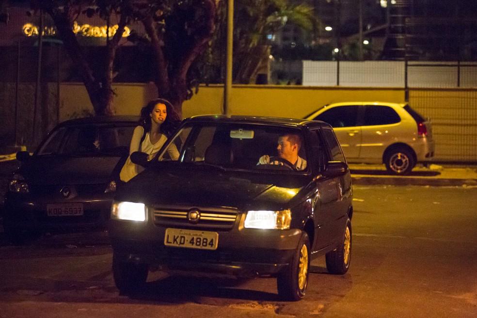 Lorena consegue alcançar Alex e eles fogem em alta velocidade (Foto: Felipe Monteiro/Gshow)