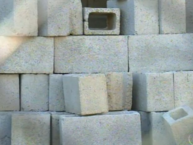 Materias estão jogados na frente de UBS em Campo Limpo Paulista (Foto: Reprodução/ TV TEM)