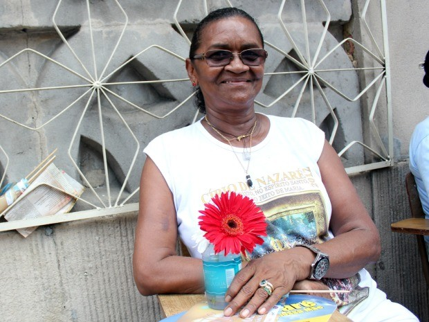 A aposentada Fátima Corrêa, de 62 anos, participa da celebração desde os 15 anos de idade (Foto: Jamile Alves/G1 AM)