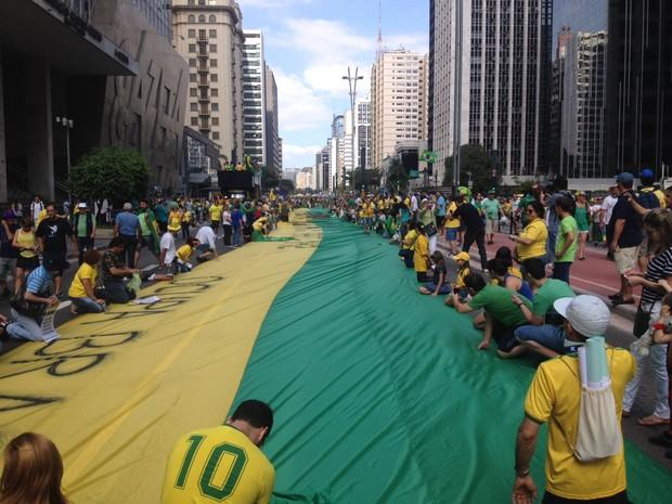 Bandeira é estendida na Avenida Paulista durante os protestos deste domingo (Foto: Isabela Leite/G1)