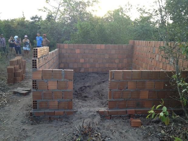 Algumas casas de alvenaria já estavam prontas e outras em construção (Foto: Walter Paparazzo/G1)