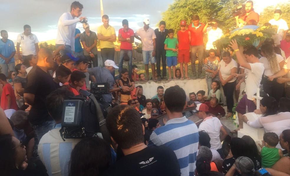 Enterro da cantora Eliza Clívia aconteceu em Livramento, na Paraíba (Foto: Henrique Epifânio/TV Paraíba)