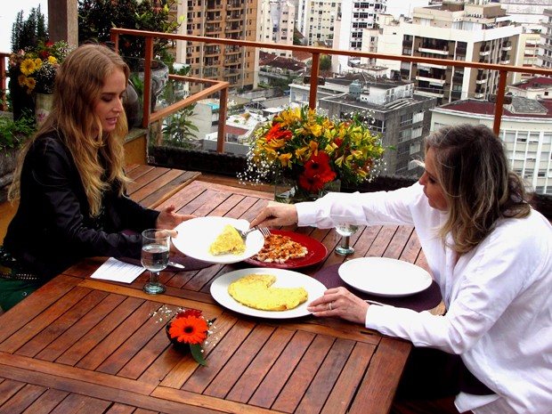 Angélica aprova o prato preparado pela atriz (Foto: Estrelas/TV Globo)