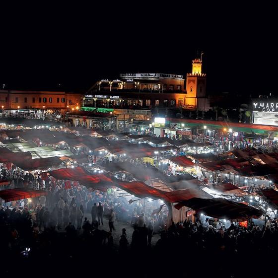 A praça Jemaa el-Fna,com comerciantes,faquire e acrobatas,celebra a conferência do clima. (Foto: Youssef Boudlal / Reuters)