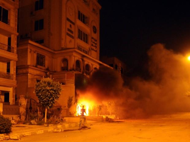 Egípcios que se opõem ao presidente Mohamed Morsi atearam fogo à sede da Irmandade Muçulmana no distrito Almoqatam durante confrontos no Cairo em 30 de junho de 2013. (Foto: STR / AFP)