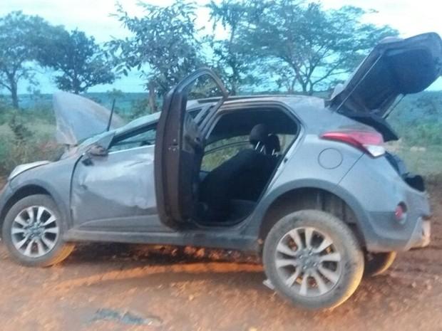 Acidente com veículo roubado aconteceu em estrada de terra em Luziânia, Goiás (Foto: Reprodução/TV Anhanguera)
