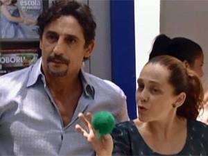 Ronaldo e Vera cobram explicações  (Foto: TV Globo / Malhação)