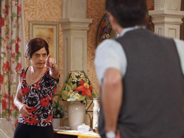 Nieta sente faro de traição de longe e canta a pedra sobre Vitório e Veruska (Foto: Guerra dos Sexos/TV Globo)