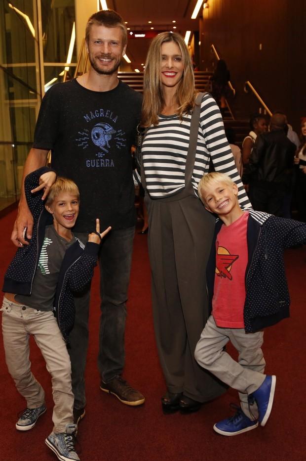 Fernanda Lima acompanha de marido Rodrigo Hilbert e seus filhos (Foto: Felipe Assumpcao/AGNEWS)