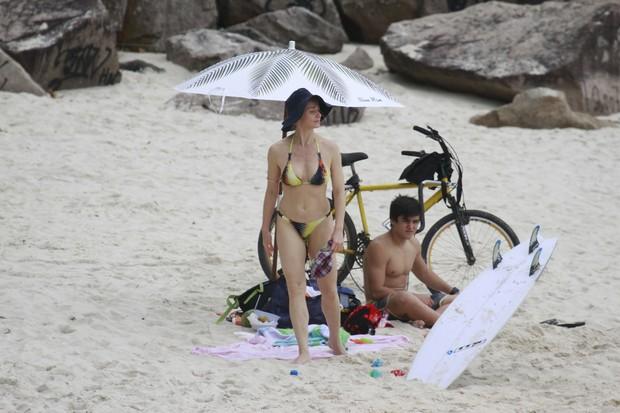 Letícia Spiller na praia (Foto: Dilson Silva / AgNews)
