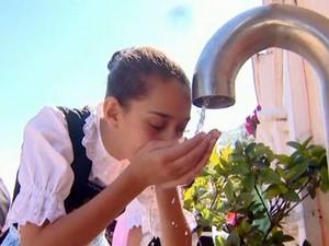 Fonte que 'nunca seca' no bairro Santa Olímpia, em Piracicaba (Foto: Cesar Fontenele/EPTV)