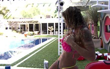 Vanessa sensualiza com direito a água no corpo (BBB / TV Globo)