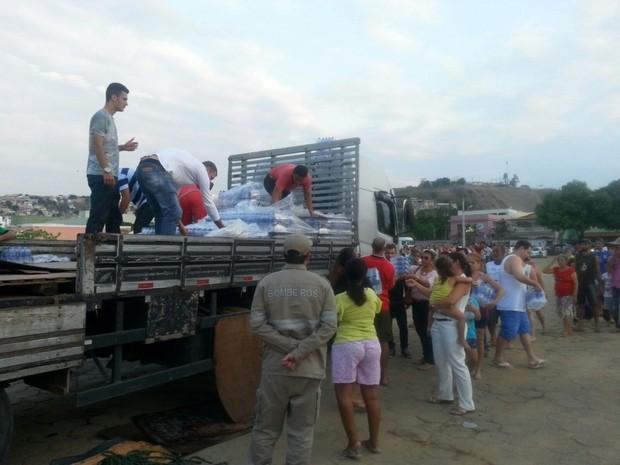 Moradores fazem fila para distribuição de água, em Colatina (Foto: Sino Silva/ Leitor A Gazeta)