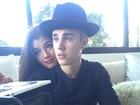 Tá namorando? Justin Bieber posa agarradinho com modelo
