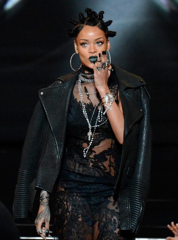 Rihanna escolhe look bizarro para premiação