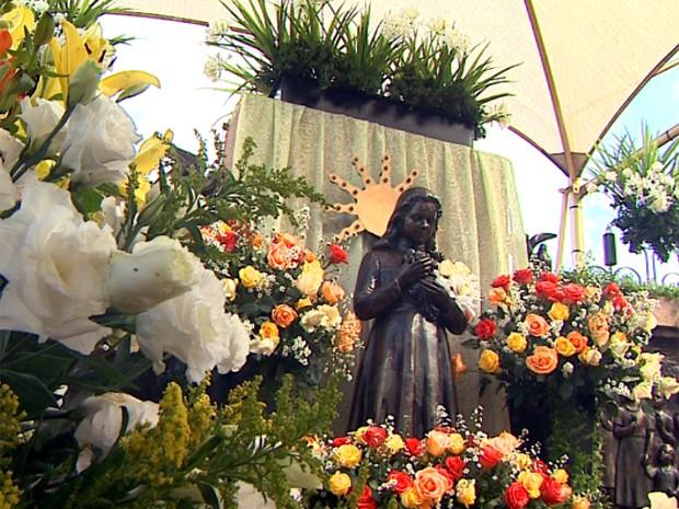 Túmulo da menina Izildinha foi construído pelos devotos no Centro de Monte Alto (Foto: Márcio Meireles/EPTV)