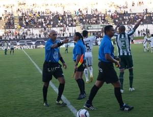 Árbitro Lenilson de Lima volta a dirigir um jogo após suspensão (Foto: Augusto Gomes)