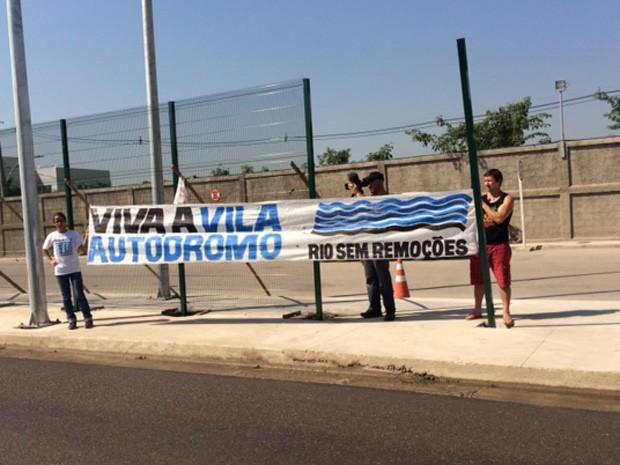 Grupo fez protesto contra remoções na Vila Autódromo, na Zona Oeste (Foto: Cristina Boeckel/G1)