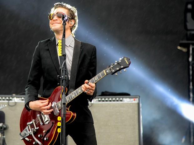 O guitarrista Daniel Kessler, do Interpol, apostou no terno e gravata (Foto: Caio Kenji/G1)