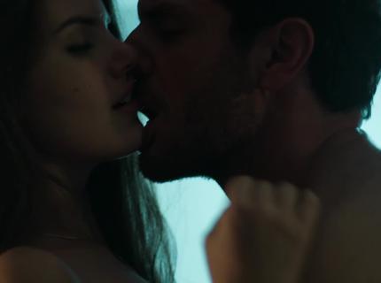 Alex promete amor à Angel na frente de Carolina; veja o teaser