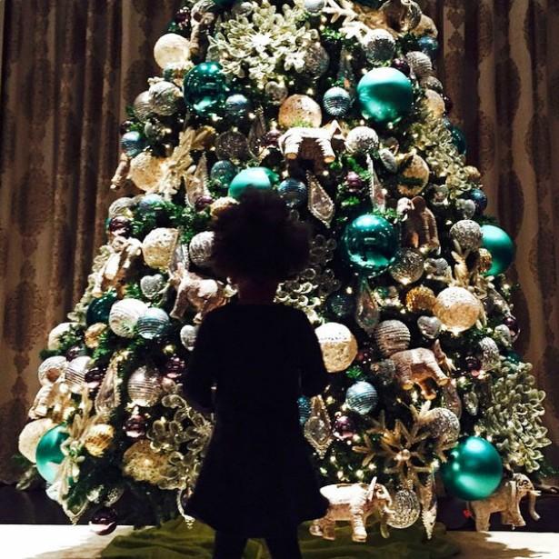 Aliás, a árvore de Natal da casa de Beyoncé parece ter fascinado a filhinha da popstar, Blue Ivy, que vai completar 3 anos de vida no sétimo dia de 2015. (Foto: Instagram)