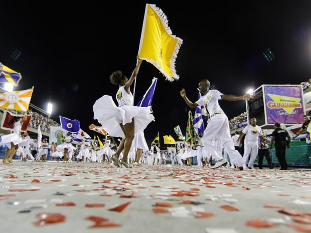 Tradicional lavagem do Sambódromo, ritual de purificação realizado todos os anos com a participação das alas de baianas de todas as escolas de samba (Foto: Rodrigo Gorosito/G1)