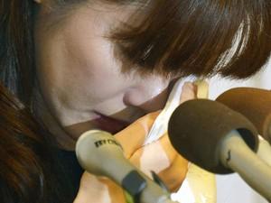 Haruko Obokata chora durante coletiva de imprensa nesta quarta-feira (9) na qual defendeu sua pesquisa acusada de fraude (Foto: Reuters/Kyodo)