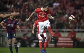 Artilheiro, Mitroglou marca duas vezes, e líder Benfica bate o Chaves em casa