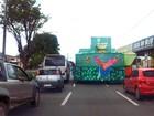 Carros alegóricos deixam trânsito complicado em avenida de São Luís