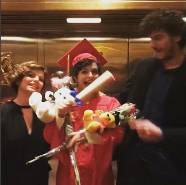 Débora Bloch comemora a formatura da filha Julia com o filho mais velho, Hugo (Foto: Reprodução Instagram)