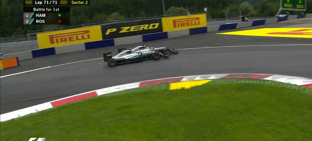 Lewis Hamilton e Nico Rosberg se tocam na última volta (Foto: F1 Oficial)