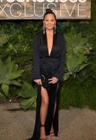 Chrissy Teigen arrasa com vestido sensual em evento de moda
