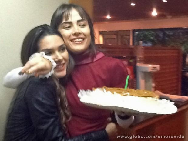 Maria Casadevall recebe o abraço de Fernanda Machado (Foto: Amor à Vida / TV Globo)