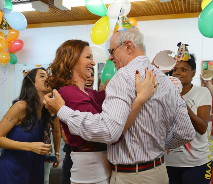 Alexandra Richter também fez questão de dar um abraço em Caruso (Foto: Pedro Carrilho / Gshow)