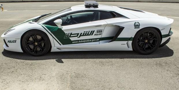 Esportivo atinge a velocidade de até a 349 km/h (Foto: Dubai Police/AFP)