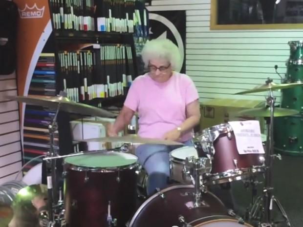 Idosa deixou todos impressionados ao entrar em loja de música e tocar bateria (Foto: YouTube/Reprodução/TheCoalitionDrumShop)
