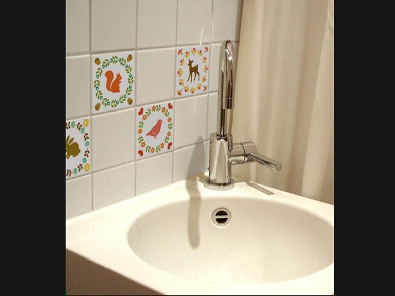 Cozinha e banheiro de cara nova use adesivos de azulejo  Casa  GNT -> Gnt Banheiro Pequeno