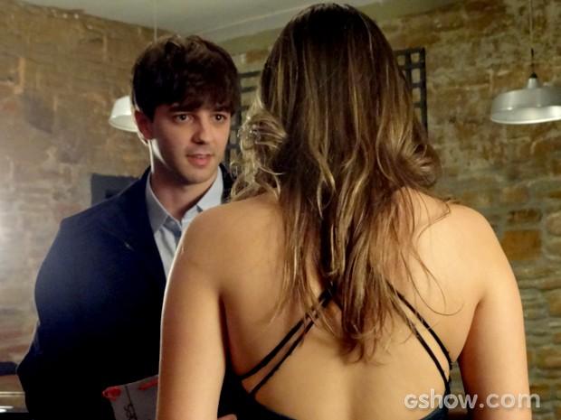 Lucas reclama de André, mas acaba entendendo a amiga (Foto: Em Família / TV Globo)