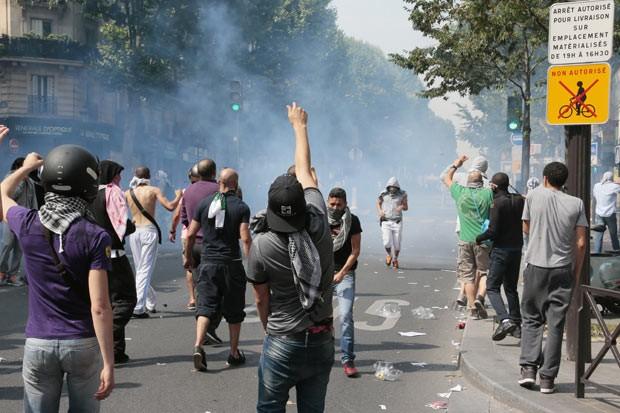Manifestantes pró-palestinos enfrentam a polícia em Paris neste sábado (19) (Foto: AFP)