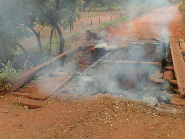 Ponte na Comunidade Limpo Grande foi incendiada no sábado (26) (Foto: Secretaria de Viação, Obras e Urbanismo de Várzea Grande (MT))