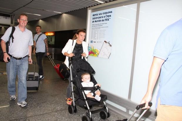 Coleen Rooney com o filho Kai no aeroporto internacional Tom Jobim, na Zona Norte do Rio (Foto: Delson Silva/ Ag. News)