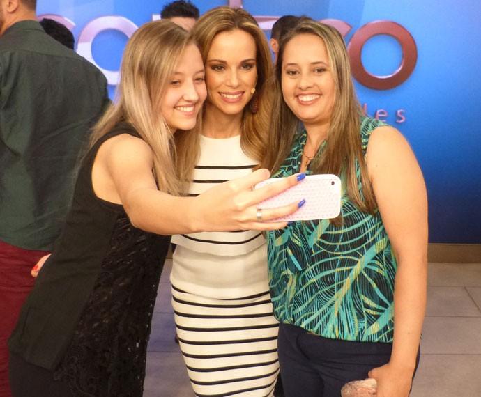 Convidadas tiram selfie com Ana Furtado (Foto: Viviane Figueiredo Neto/ Gshow)