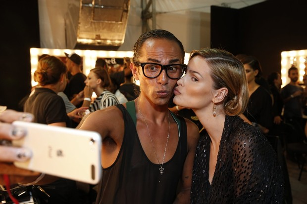 Yasmin Brunet no backstage da grife Triya no Fashion Rio (Foto: Felipe Panfili / AgNews)