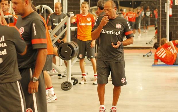 Paulo Paixão comanda treino do Inter em academia (Foto: Diego Guichard / GLOBOESPORTE.COM)