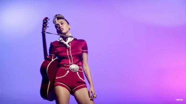 A cantora Miley Cyrus em cena de seu novo clipe (Foto: YouTube)