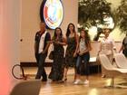 Bruna Marquezine janta com os pais em shopping no Rio